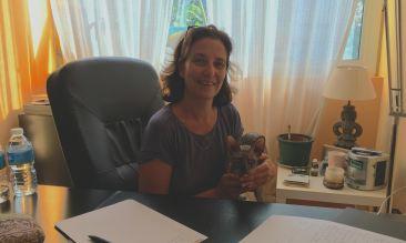 Cristina Fenoy en su consulta con la gata Nur